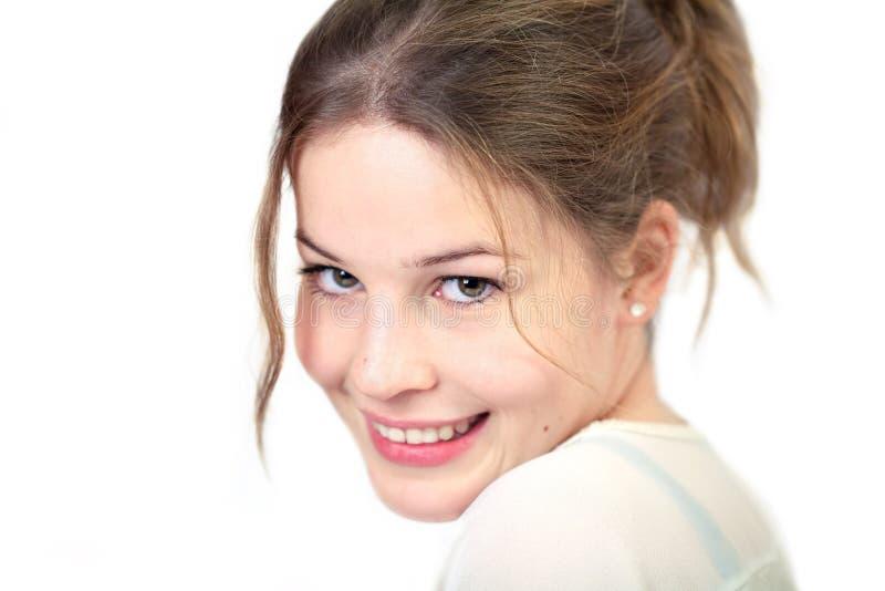 Junge Frau lächelt an Kamera 2 lizenzfreies stockbild