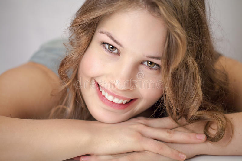 Junge Frau lächelt an Kamera 2 stockbilder
