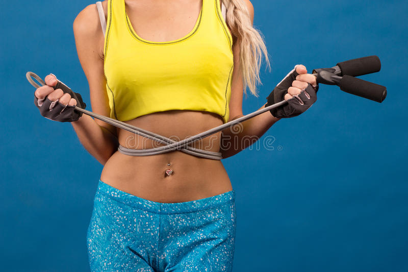 Junge Frau mit überspringendem Seil stockbild