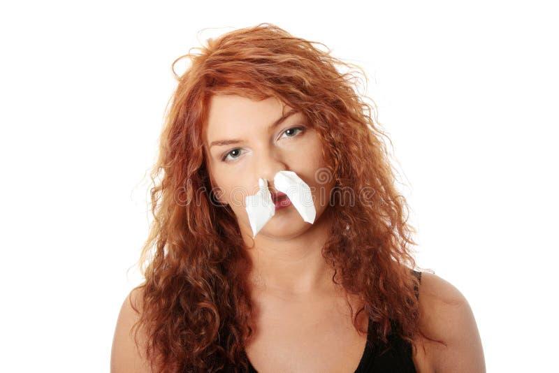 Junge Frau mit Allergie oder Kälte stockfotografie