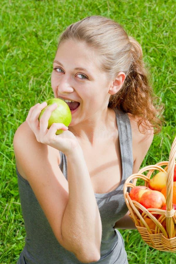 Junge Frau mit Apfel lizenzfreie stockbilder