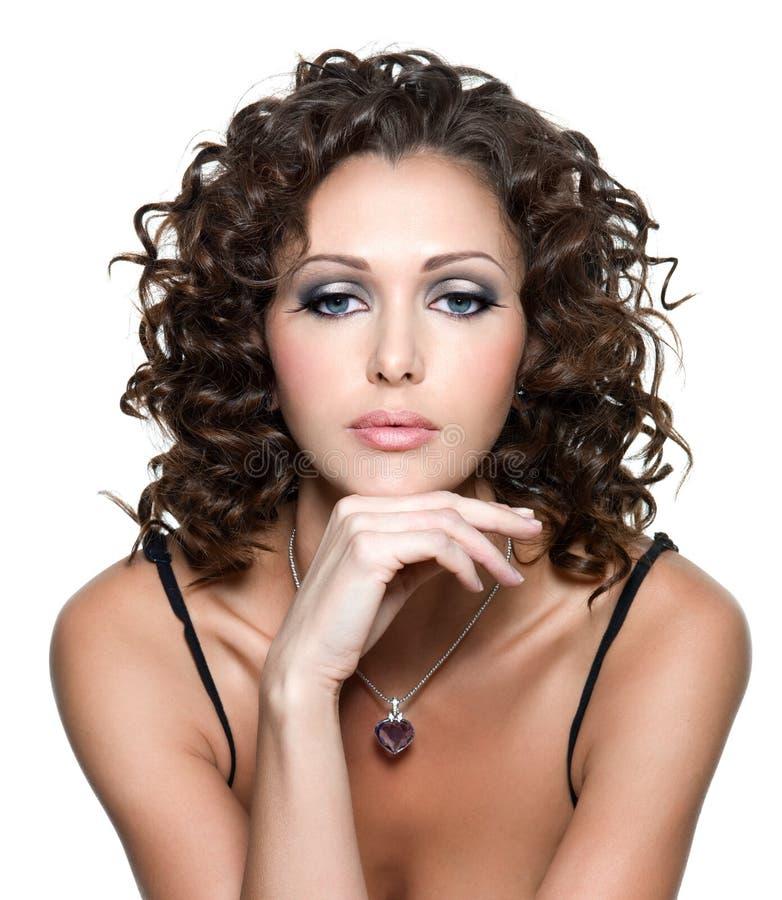 Junge Frau mit Art und Weiseverfassung und dem lockigen Haar lizenzfreie stockfotos