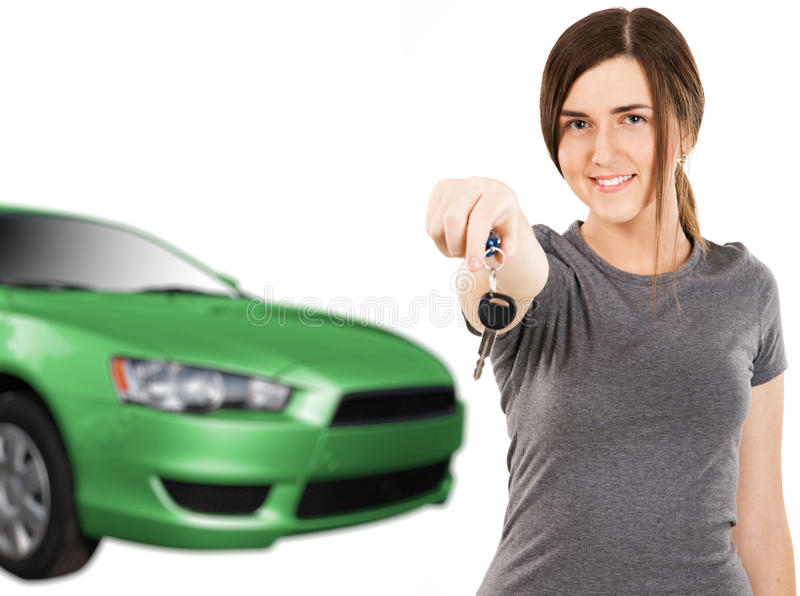 Junge Frau mit Autotasten und neuem Automobil stockbilder