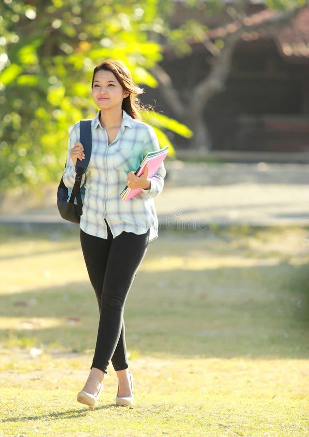 Junge Frau mit Büchern lizenzfreies stockfoto