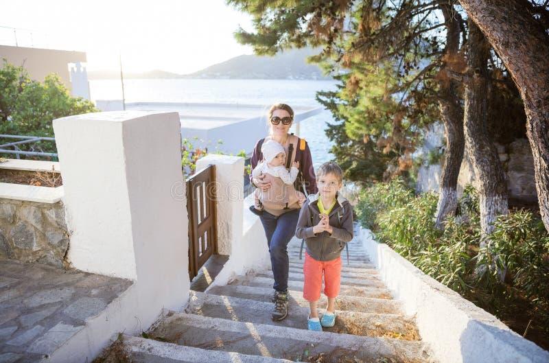 Junge Frau mit Babytochter und Vorschulsohn lizenzfreies stockfoto