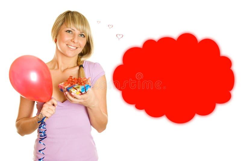 Junge Frau mit Ballonen und Geschenkkasten stockfoto