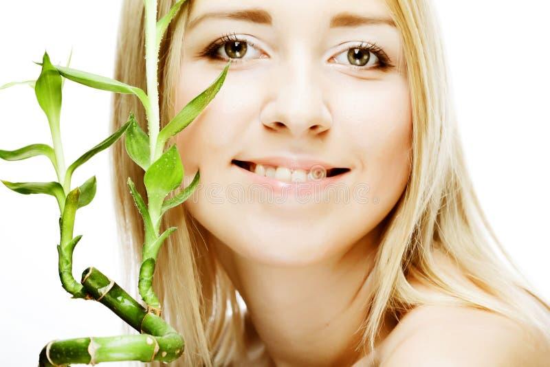 Junge Frau mit Bambus. lizenzfreie stockfotografie