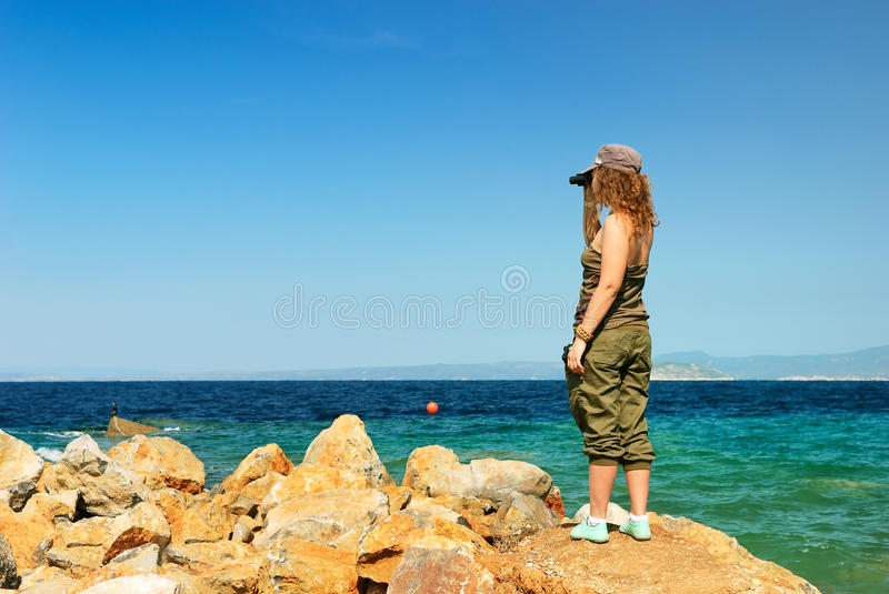 Junge Frau mit Binokeln lizenzfreie stockbilder