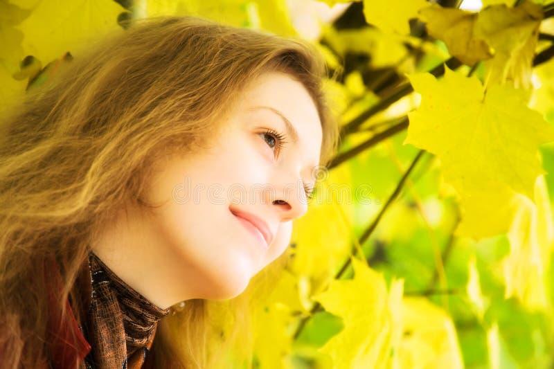 Junge Frau mit Blättern lizenzfreie stockfotos