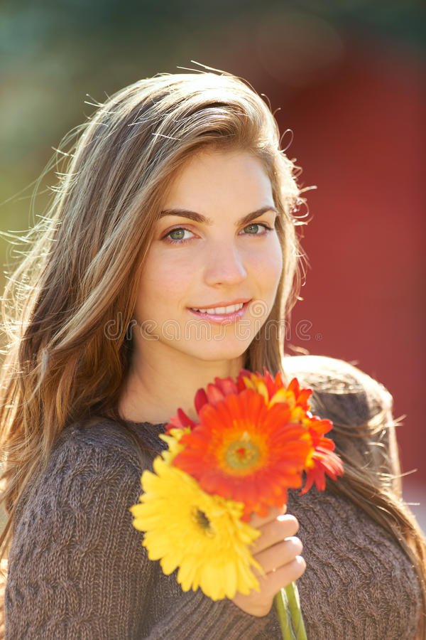 Junge Frau mit Blumen stockbilder