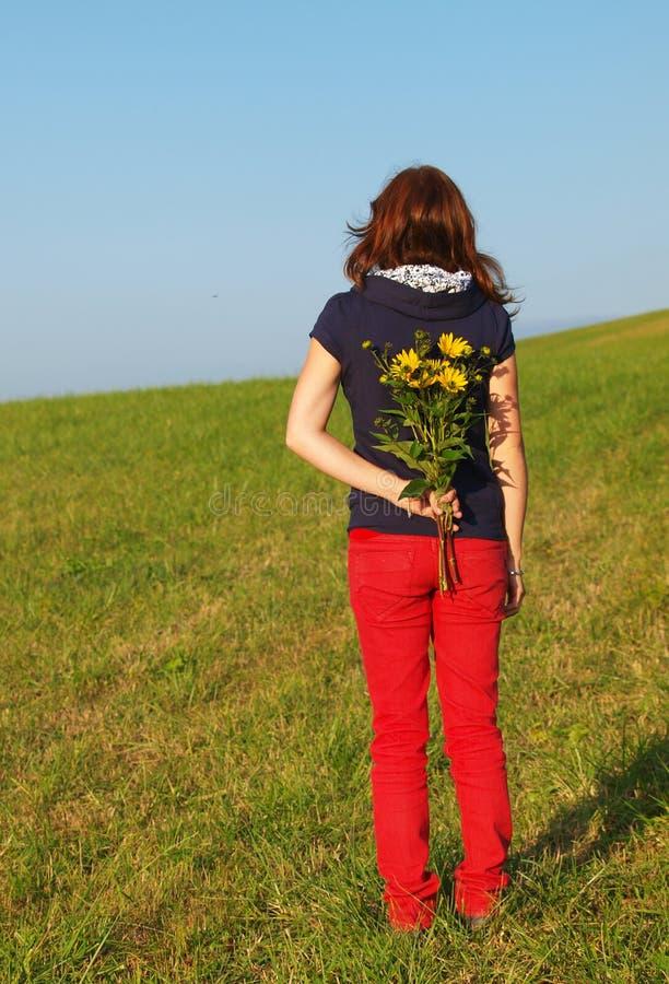 Junge Frau mit Blumen stockfotografie