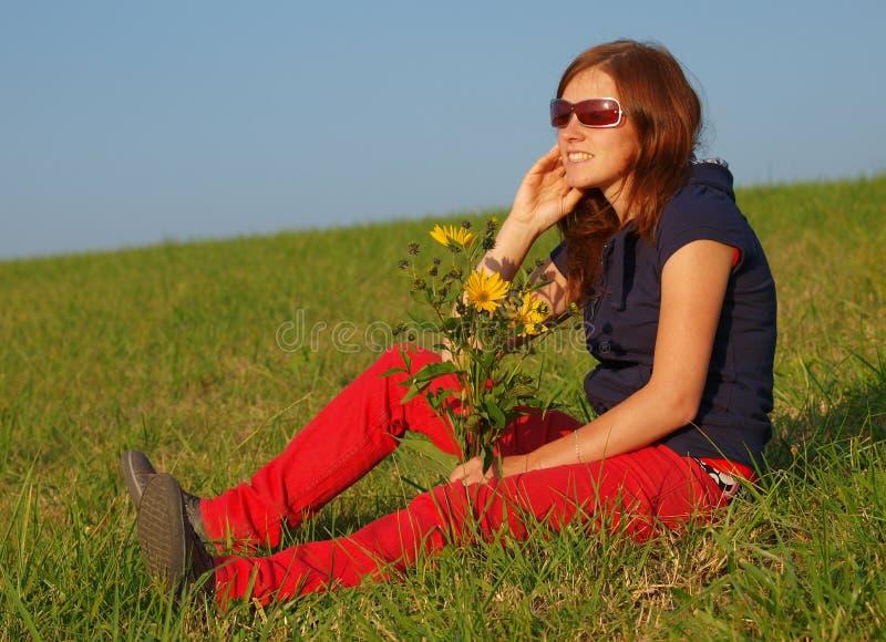 Junge Frau mit Blumen lizenzfreie stockfotos