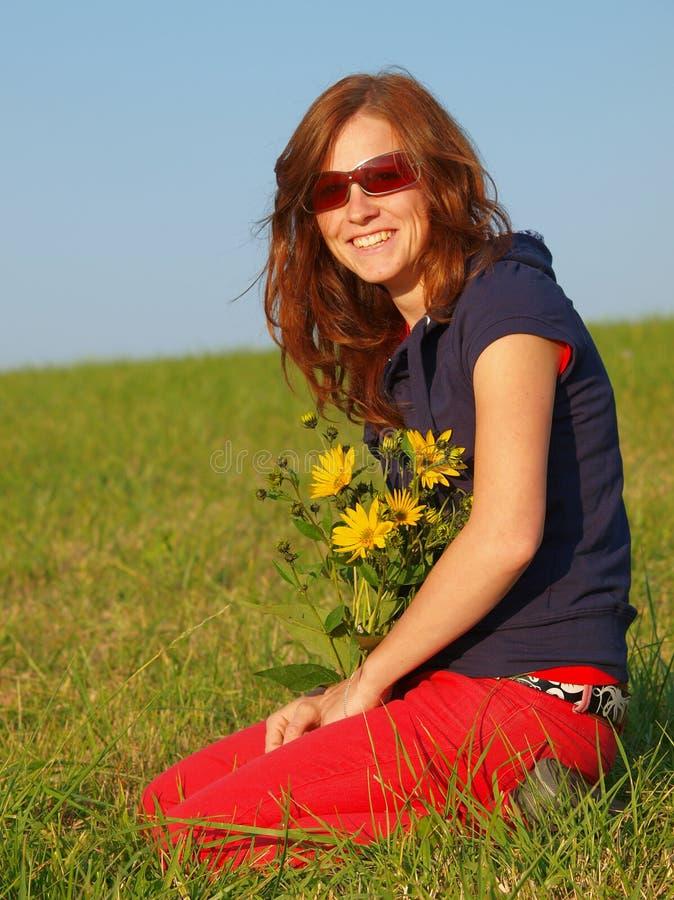 Junge Frau mit Blumen stockbild