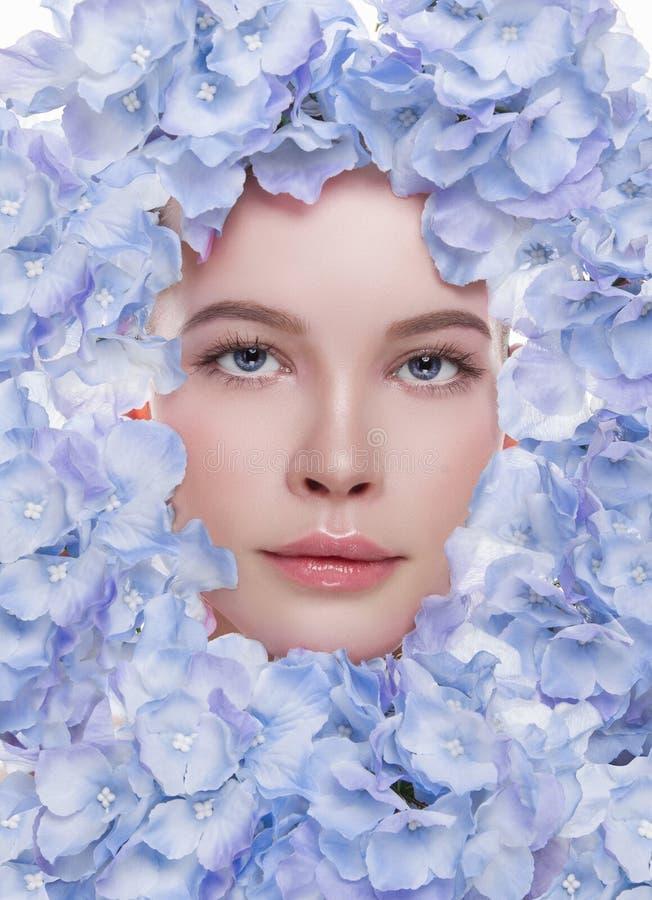 Junge Frau mit Blumenmaske stockbild