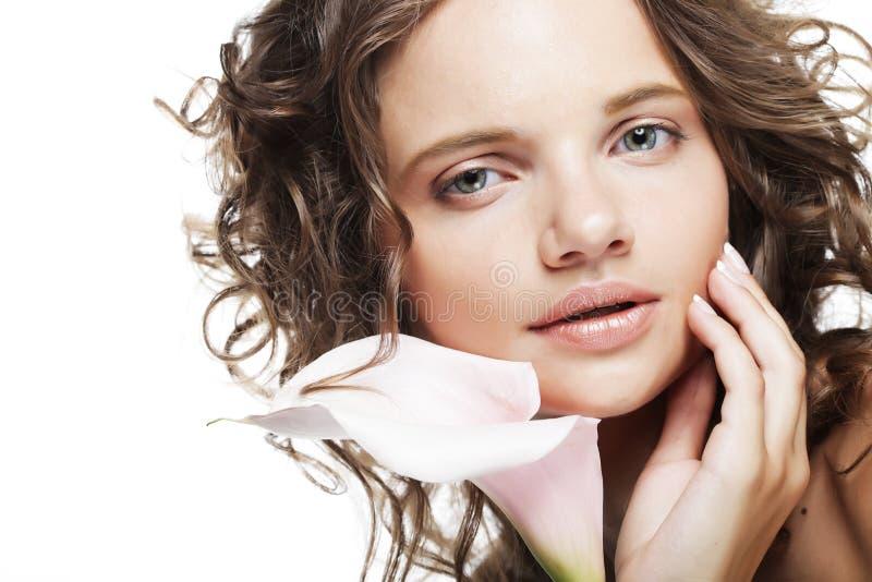 junge Frau mit Blumenstraußblumen stockbild
