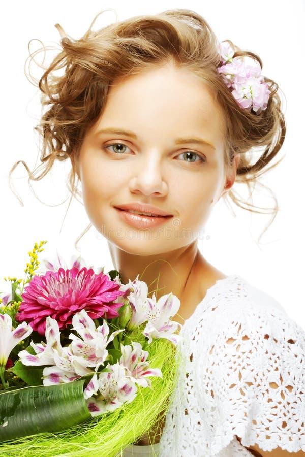 junge Frau mit Blumenstraußblumen lizenzfreie stockfotos