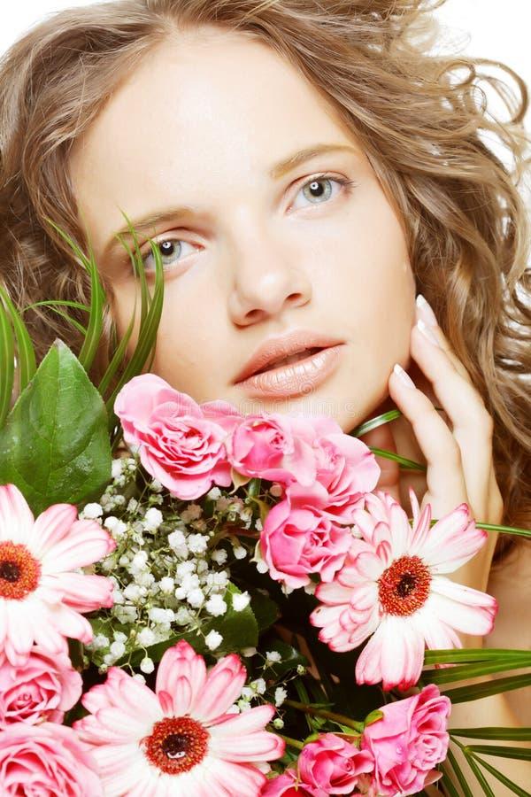 junge Frau mit Blumenstraußblumen lizenzfreie stockbilder