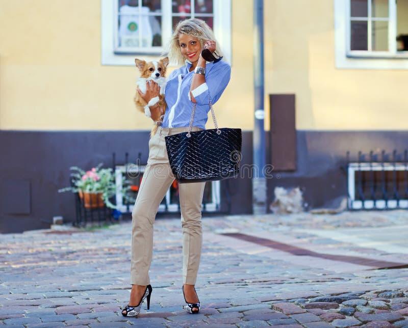 Junge Frau mit Chihuahua. lizenzfreies stockfoto