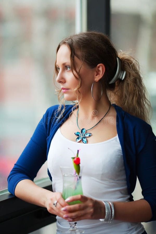 Junge Frau mit Cocktail. stockbild