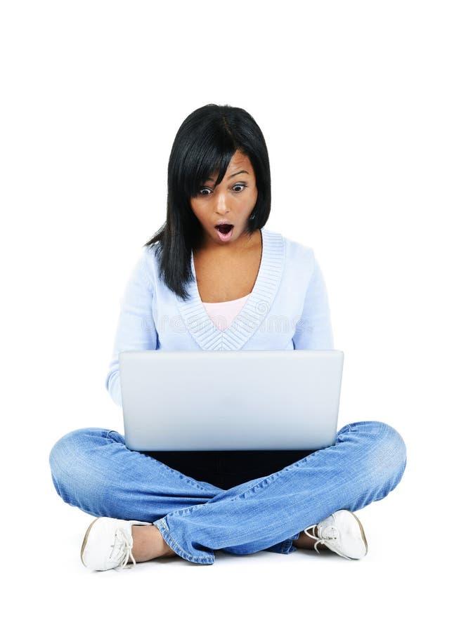 Junge Frau mit Computer lizenzfreie stockbilder