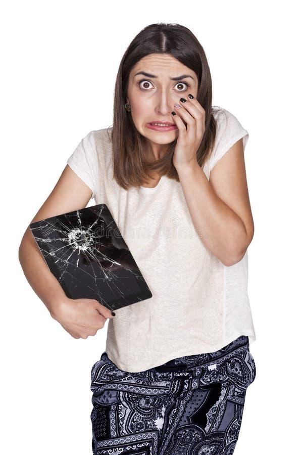 Junge Frau mit defekter Tablette lizenzfreie stockfotografie