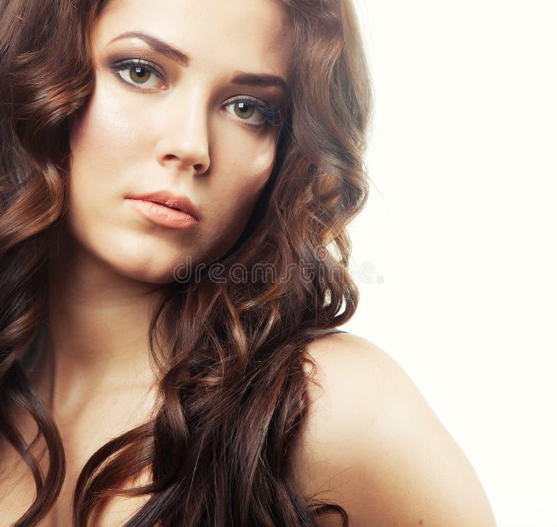 Junge Frau mit dem dunklen gelockten Haar stockfotos