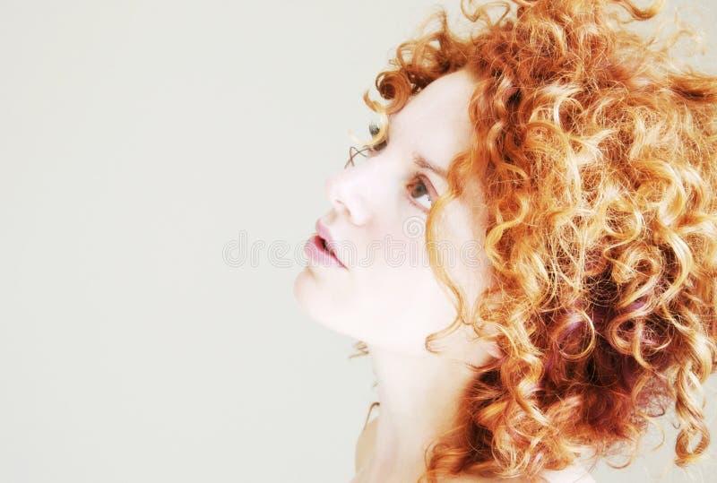 Junge Frau mit dem flippigen lockigen Haar lizenzfreie stockfotos