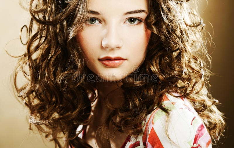 Junge Frau mit dem gelockten Haar stockfotografie