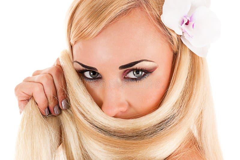 Junge Frau mit dem gesunden Haar lizenzfreie stockfotos