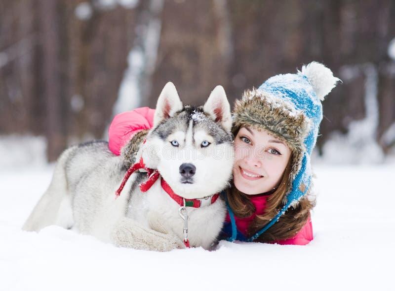 Junge Frau mit dem Hund im Freien lizenzfreie stockfotos