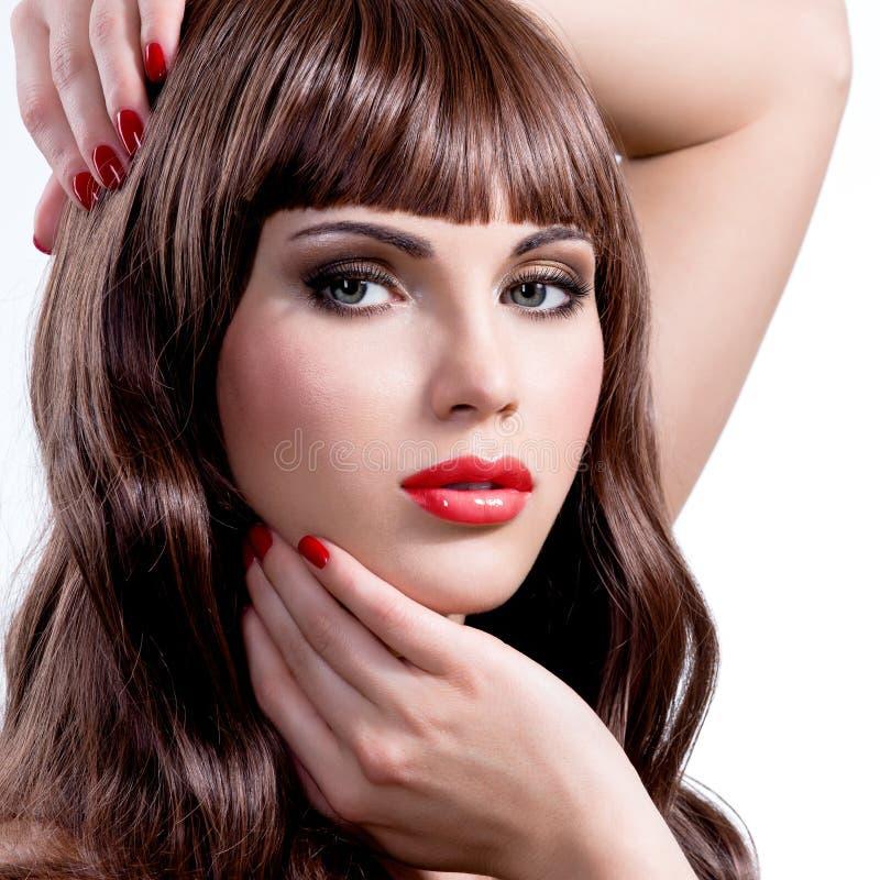 Junge Frau mit dem langen gelockten Haar der Schönheit stockbilder