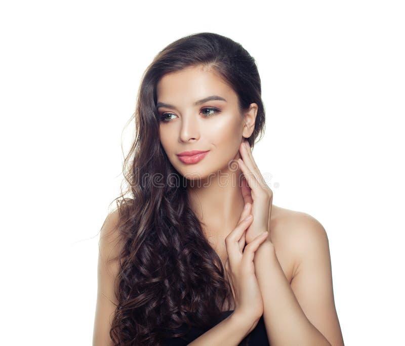 Junge Frau mit dem langen gesunden gelockten Haar lokalisiert auf weißem Hintergrund Karikaturm?dchen mit Regenschirm stockfotos