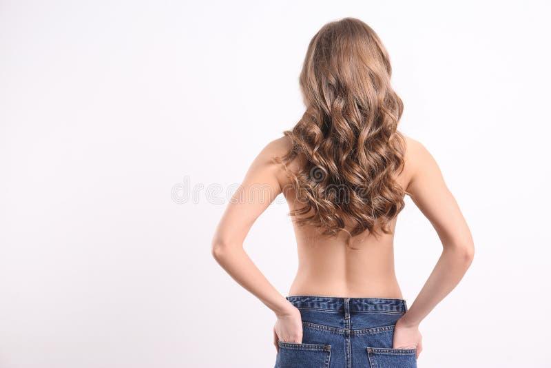 Junge Frau mit dem langen schönen Haar lizenzfreie stockbilder