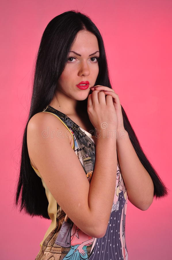 Junge Frau mit dem langen schwarzen Haar stockfoto