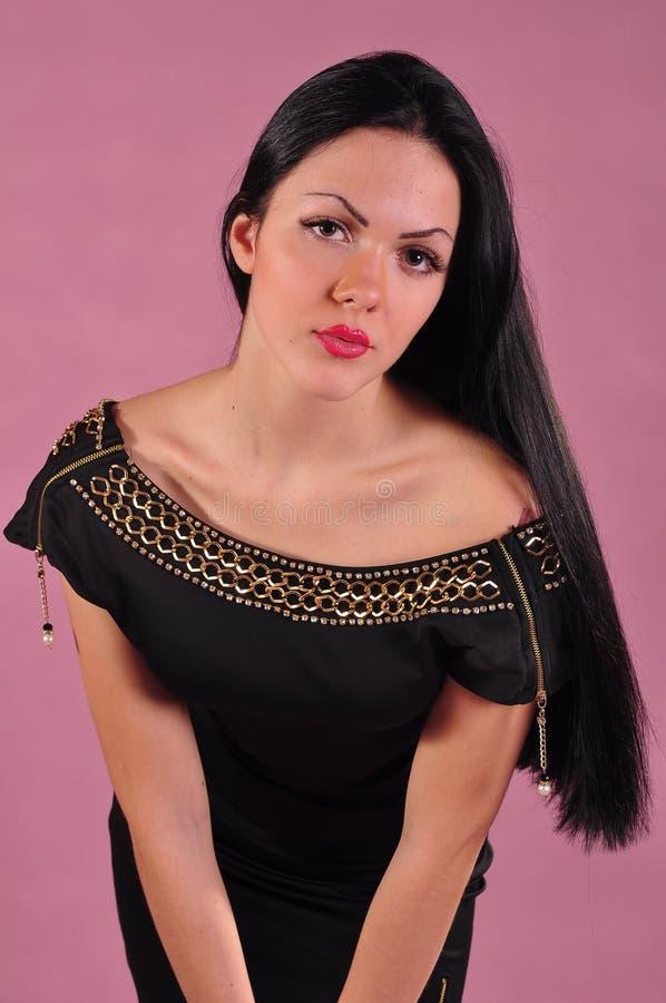 Junge Frau mit dem langen schwarzen Haar im Kleid lizenzfreies stockfoto