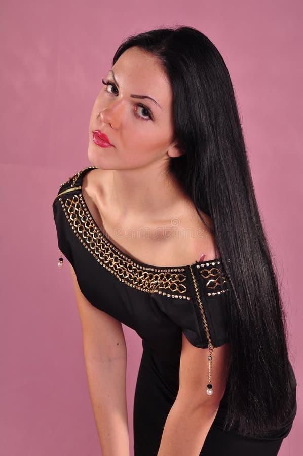 Junge Frau mit dem langen schwarzen Haar im Kleid lizenzfreies stockbild