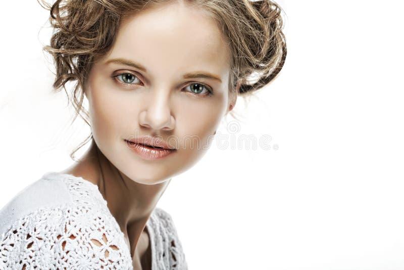 Junge Frau mit dem lockigen Haar lizenzfreie stockfotos