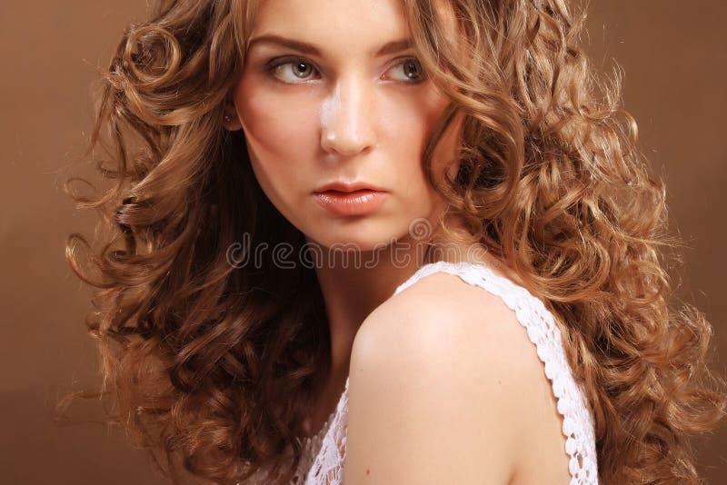 Junge Frau mit dem lockigen Haar stockfotografie