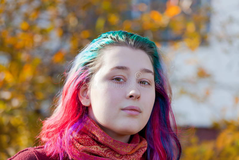 Junge Frau mit dem mehrfarbigen Streifenhaar stockfotografie