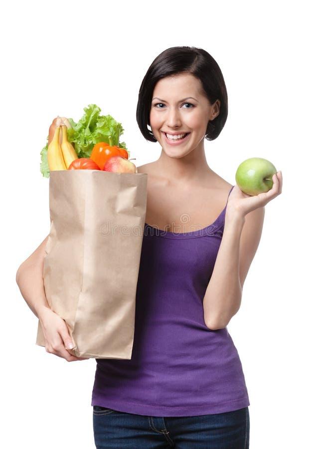 Junge Frau mit dem Paket der unterschiedlichen Nahrung stockfoto