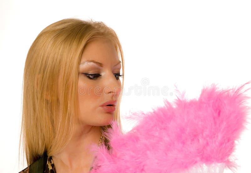 Junge Frau mit dem rosafarbenen Handgebläse getrennt stockfoto