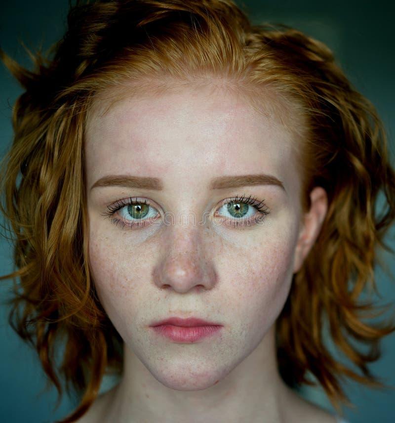 Junge Frau mit dem roten Haar lizenzfreie stockfotos