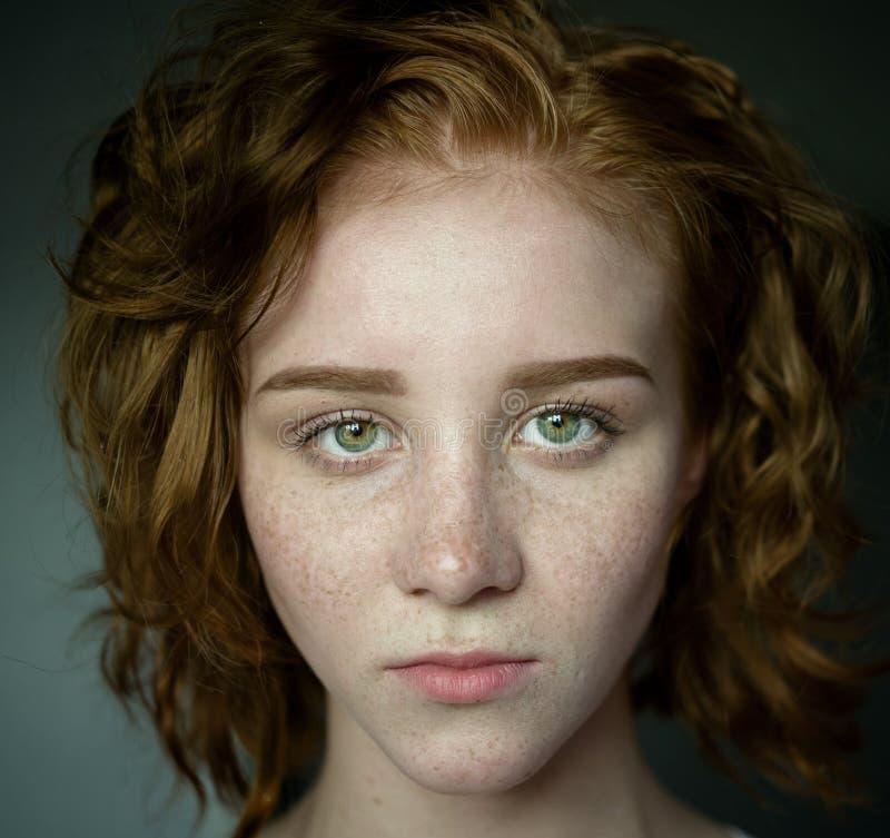 Junge Frau mit dem roten Haar stockbilder