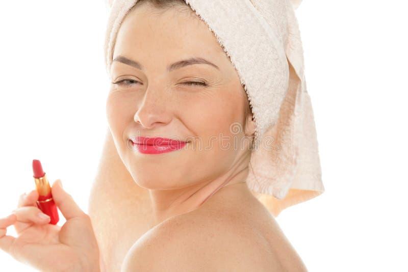 Junge Frau mit dem roten Lippenstiftblinzeln stockbilder