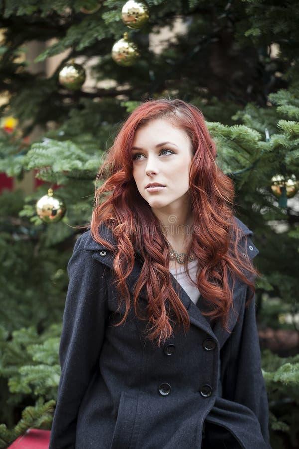 Junge Frau mit dem schönen goldbraunen Haar stockfotografie