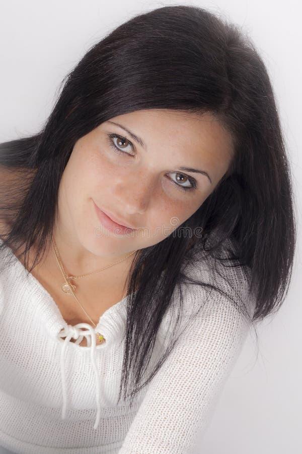 Junge Frau mit dem schwarzen Haar stockfoto
