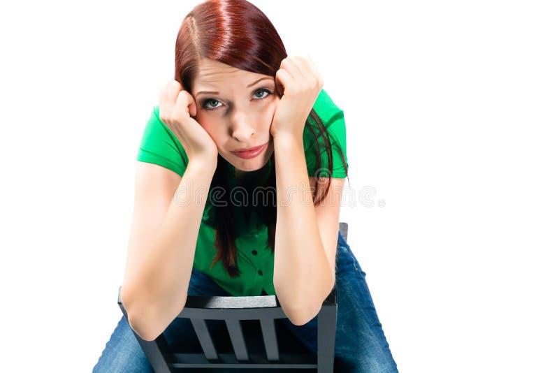 Junge Frau mit dem weißen Hintergrund, der gebohrt wird lizenzfreie stockfotografie