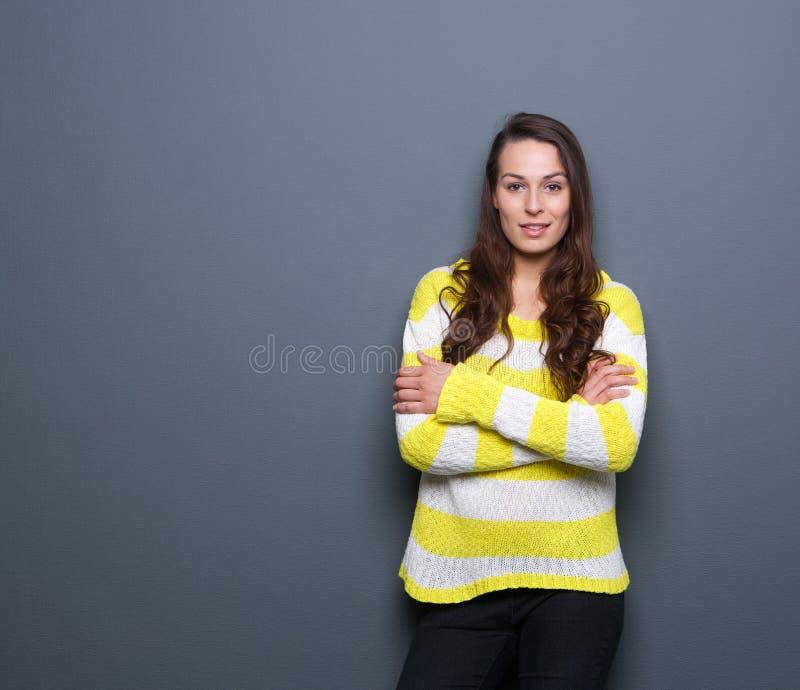 Junge Frau mit den Armen gekreuzt lizenzfreie stockfotos