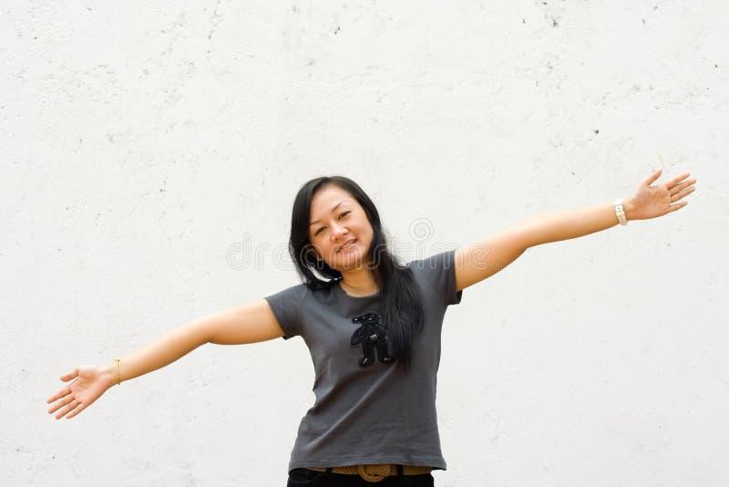 Junge Frau mit den breiten Armen öffnen sich stockfotografie