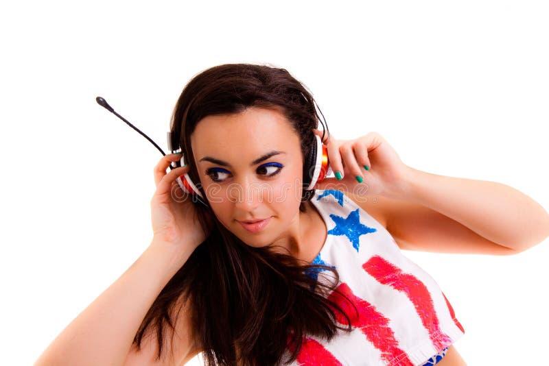 Junge Frau mit den Kopfhörern lokalisiert auf weißem Hintergrund Musikkopfhörer lizenzfreie stockfotografie